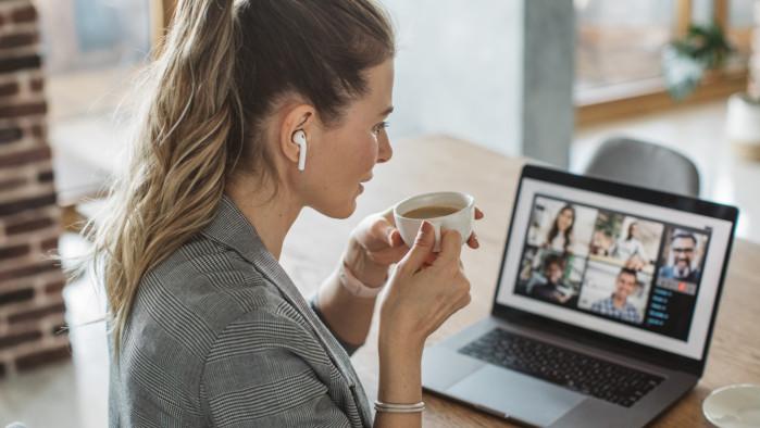 Frau mit Kaffee am Laptop