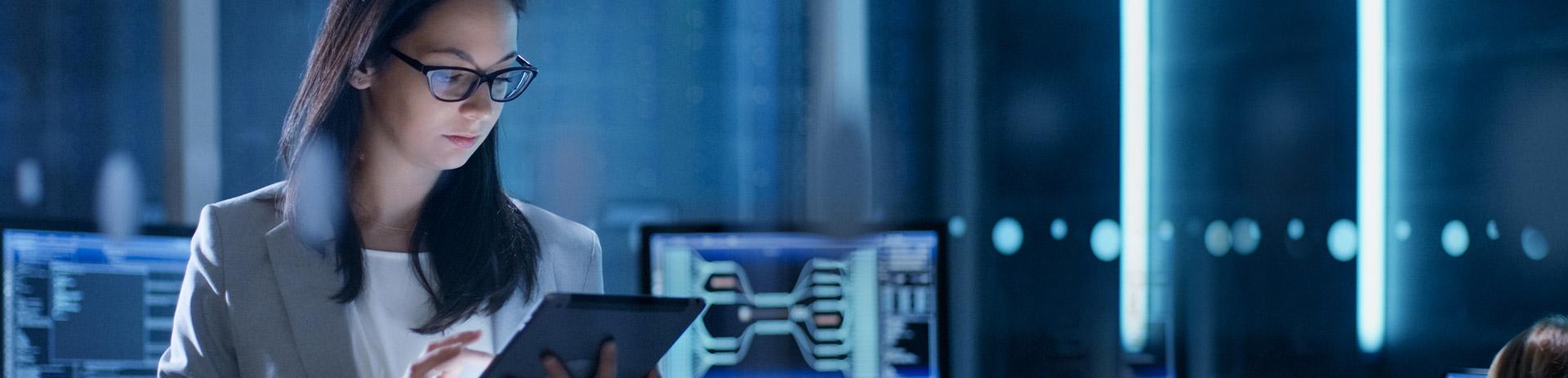 Frau mit Tablet in Serverraum