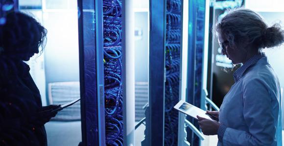 Frau mit iPad vor Server