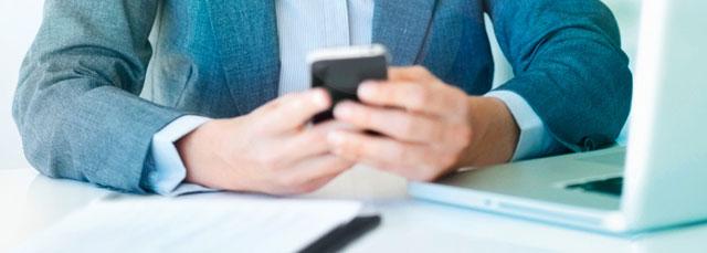 Männerhände halten Smartphone