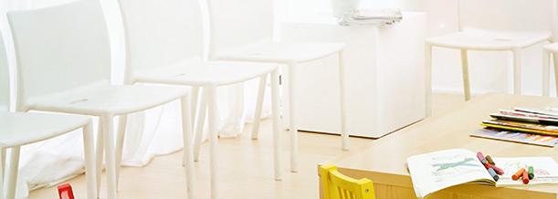 weiße Stühle im Wartezimmer