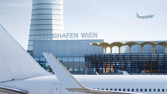 Fotografie des Flughafen Wiens mit Flugzeugen und einem Teil des Gebäudes