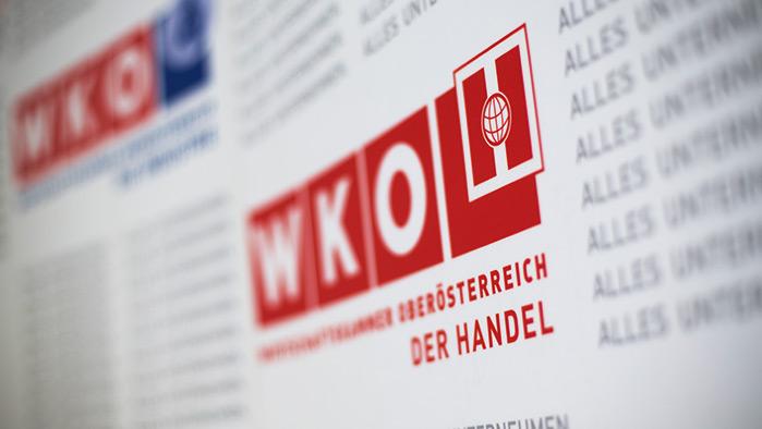 weiße Pressewand mit dem Logo und den passenden Schriftzügen