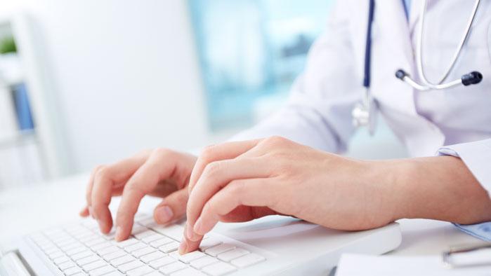 Ärztin tippt am Computer