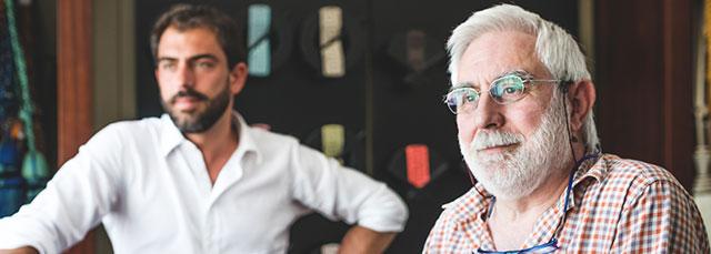 Vater und Sohn in ihrem Handelsgeschäft
