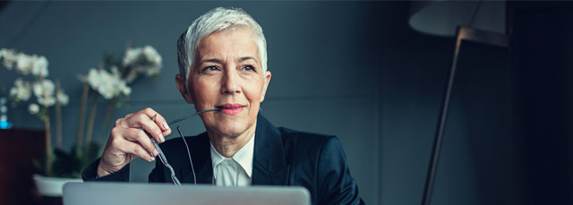 Business-Dame siniert im Gedanken für Bildschirm