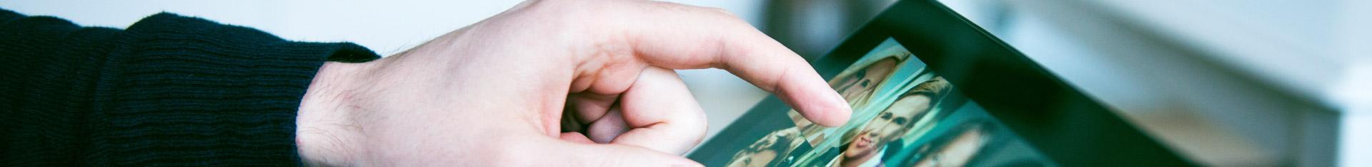 Nahaufnahme eines Tablets und einer Hand