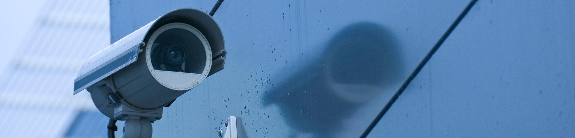 Videokamera an einem Gebäude befestigt