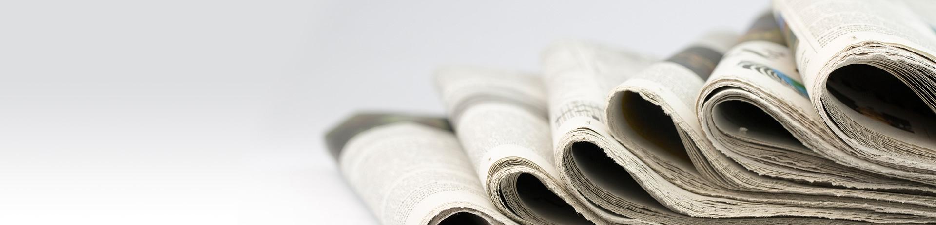 Zeitungen schön nebeneinander aufgereiht