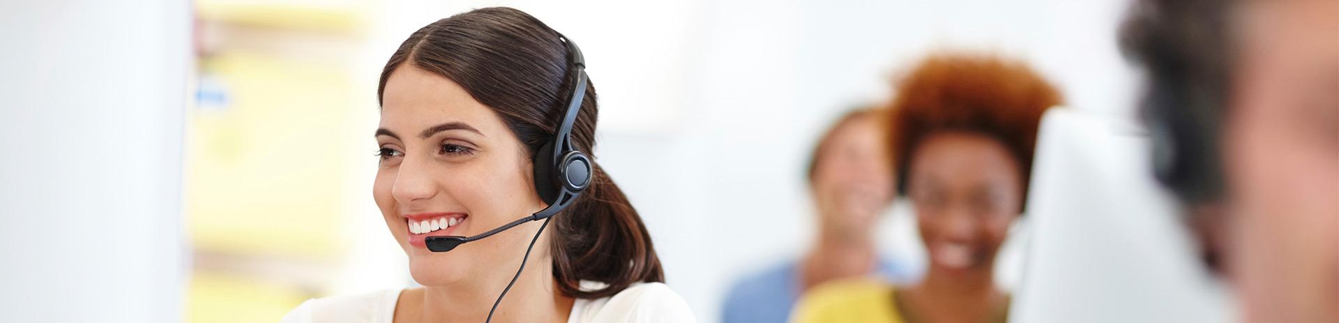 Dame in einem Callcenter mit Headset