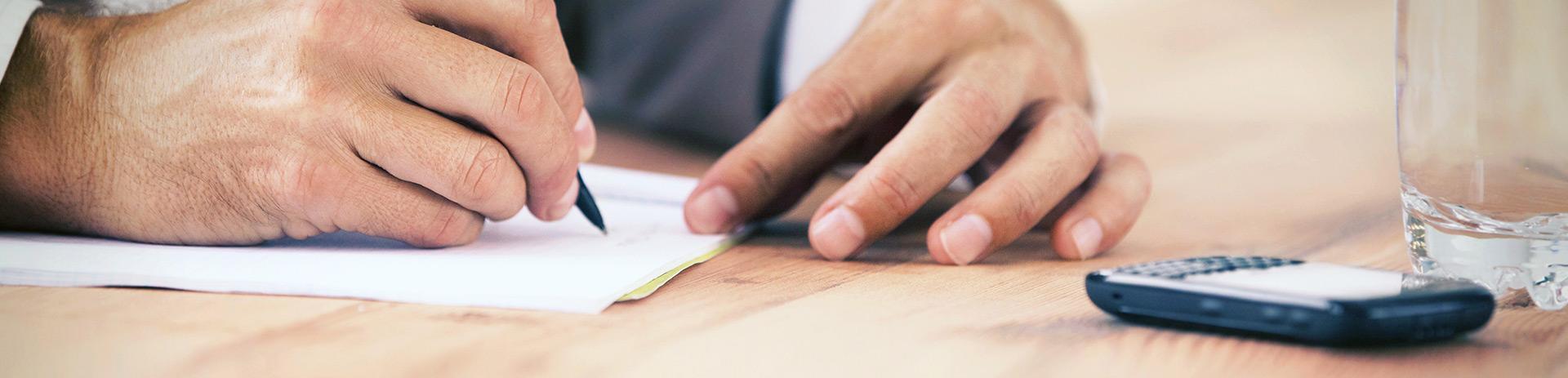 Mann unterschreibt Papiere
