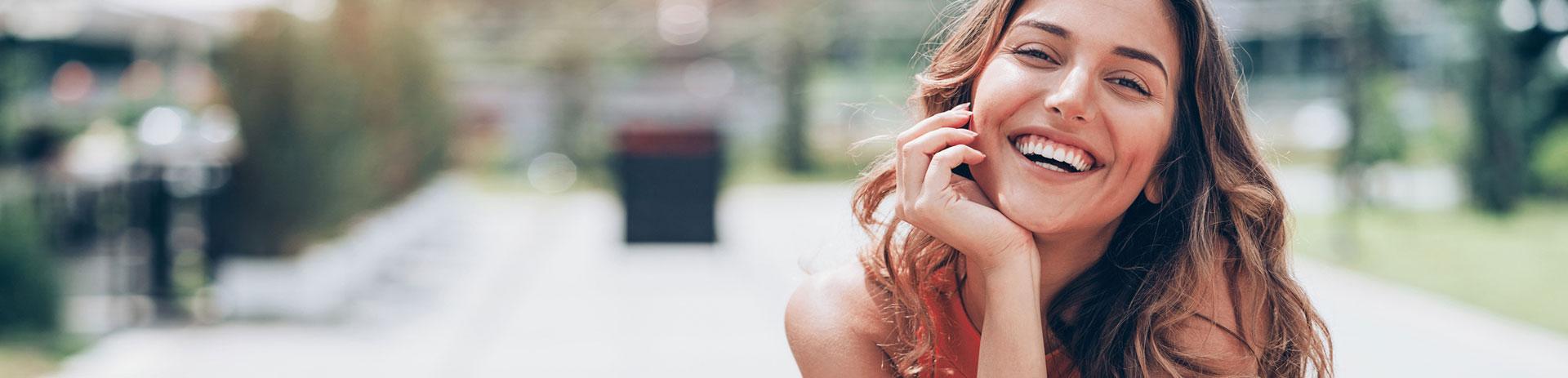 Junge Dame lächelt in Kamera