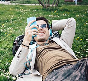 Junger Mann hört Musik am Handy