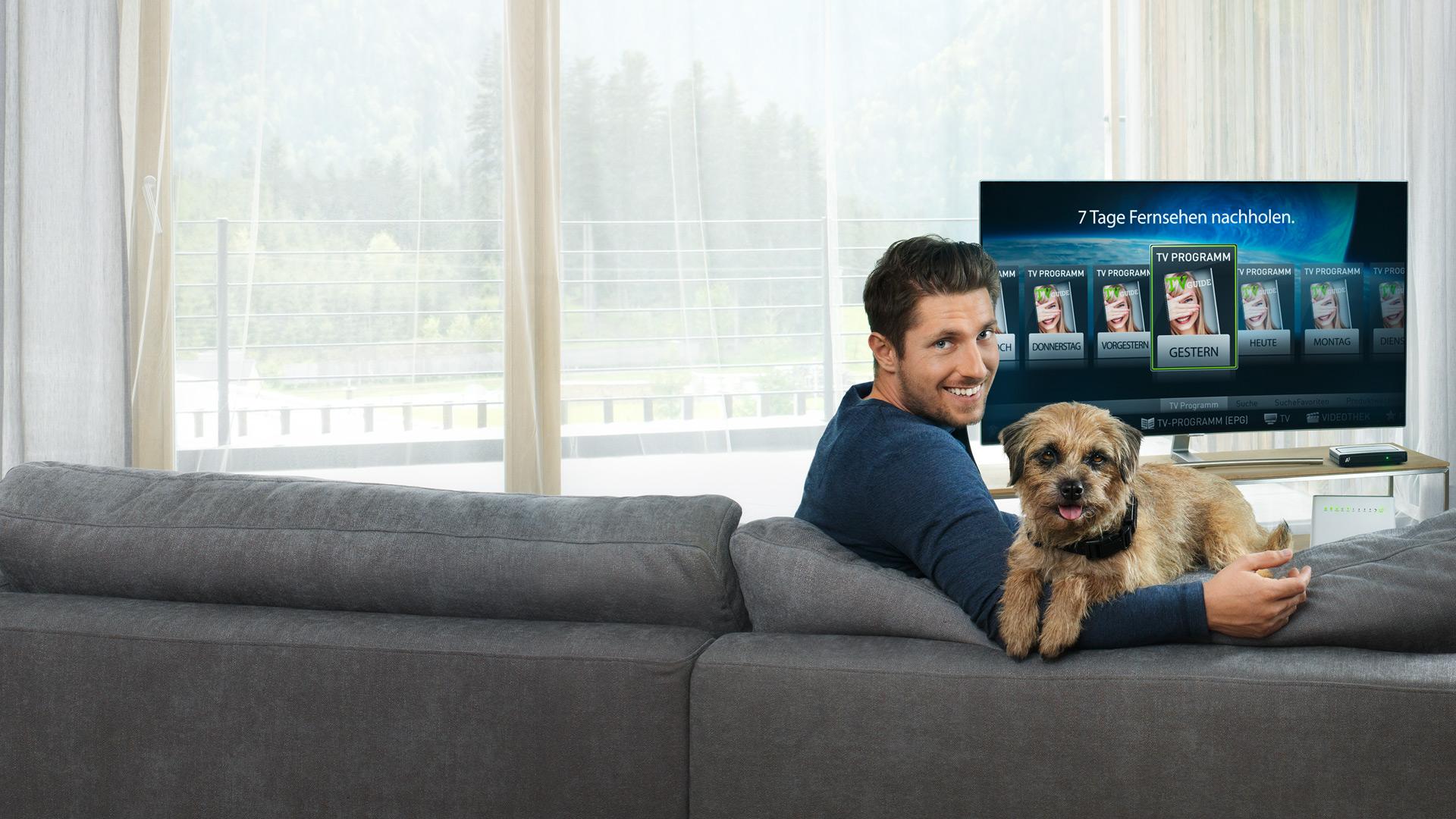 Marcel Hirscher mit Hund auf Couch