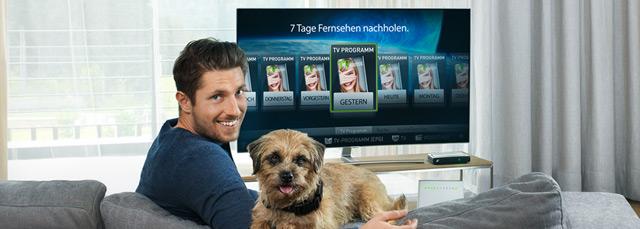 Marcel Hirscher mit Hund vor Fernseher