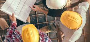 Drei Männer beraten über einem Projektplan und symbolisieren die branchenspezfiische Software-, Internet- und Kommunikationslösung von A1 für das Bauwesen.