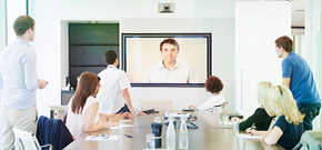 videokonferenz mit mann in tv