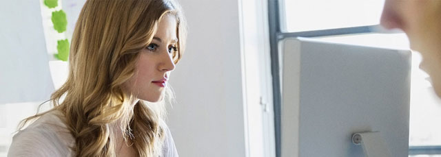 Frau sieht auf LCD-Bildschirm