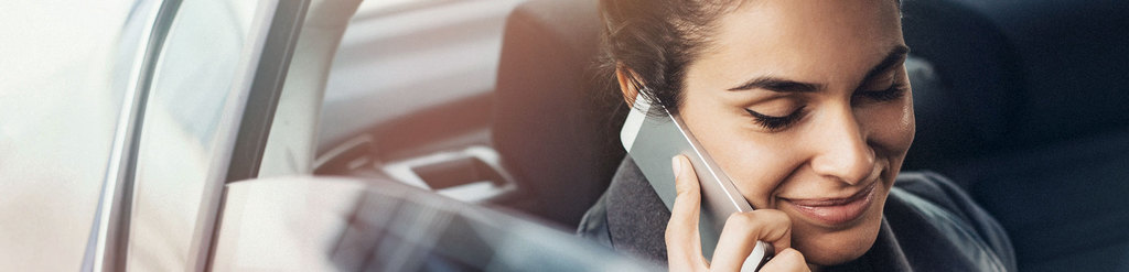 Businessman auf Straße telefonierend