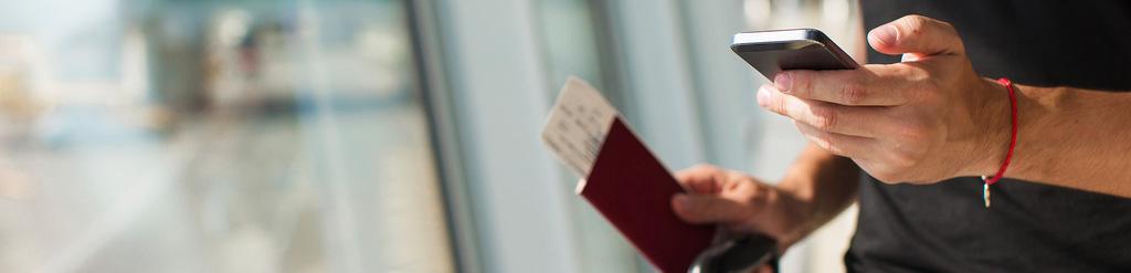 Mann hält in der linken Hand sein Smartphone, in der rechten seinen Reisepass.