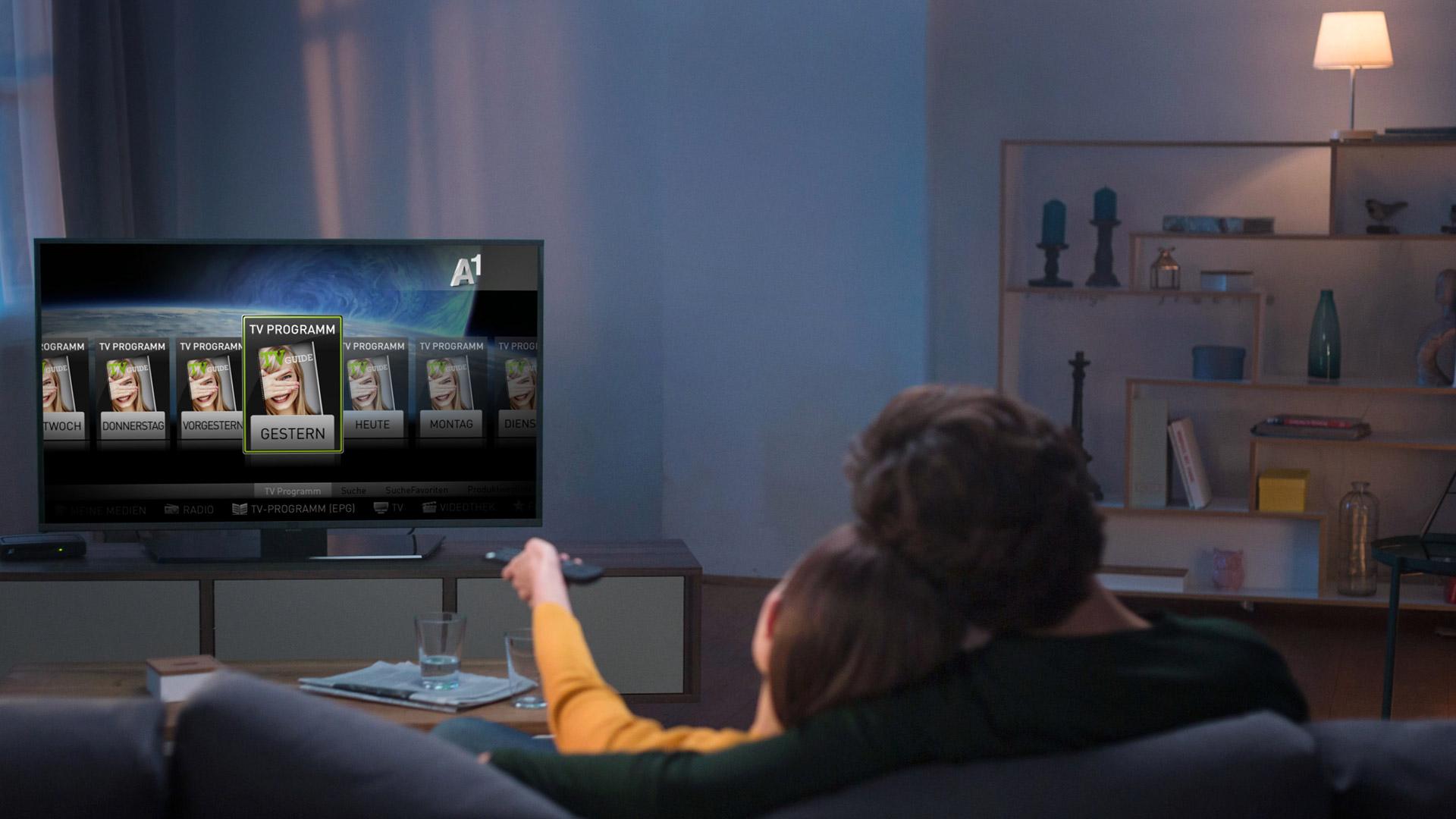 Junges Paar vor Fernseher