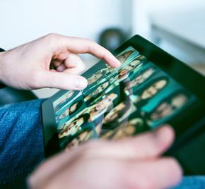 Nahaufnahme eines Tablets und zwei Händen